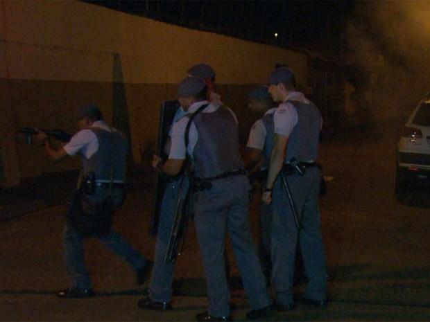 Policiais tiveram trabalho para controlar o tumulto em Pontal, SP (Foto: Paulo Souza / EPTV)