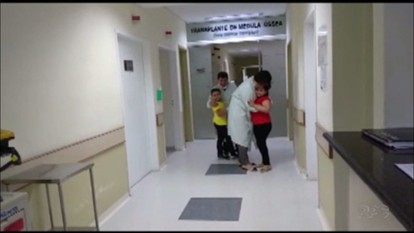 Irmãos que tinham doença rara reencontram médicos depois do transplante