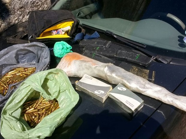 Além de drogas, fuzil e munição foram apreendidos pela Polícia Civil (Foto: Divulgação/Polícia Civil)
