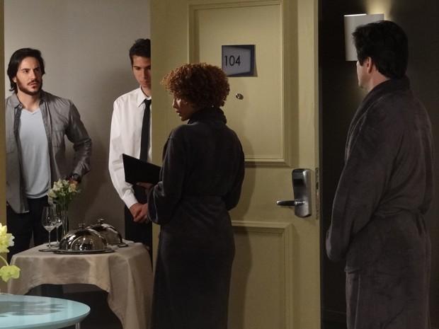 Herval chega no hotel de Verônica e a flagra com Jonas (Foto: Geração Brasil/TV Globo)