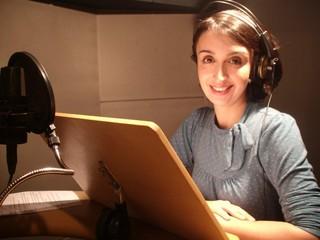 Mabel Cezar empresta a voz às chamadas da novela Joia Rara (Foto: Reprodução/Facebook)