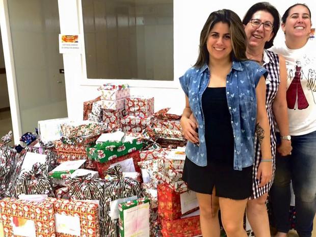 Izabel, suas filhas e parte os presentes arrecadados (Foto: Acervo pessoal: Izabel Cristina Pereira)