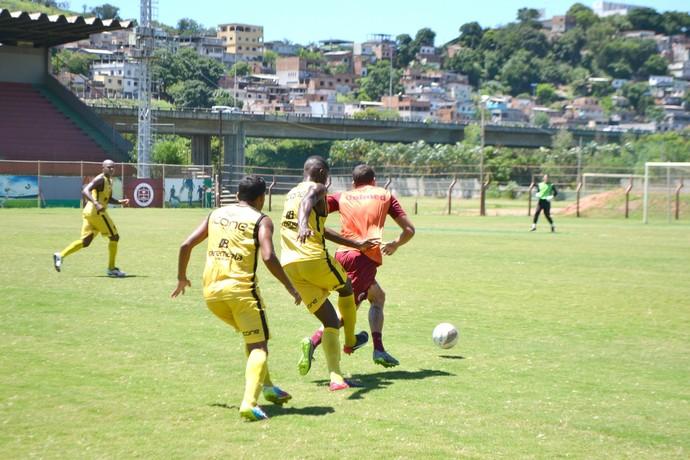 Rael se livra de dois marcadoes e avança para servir Wanderson, no gol da vitória da Desportiva (Foto: Wagner Chaló/GloboEsporte.com)