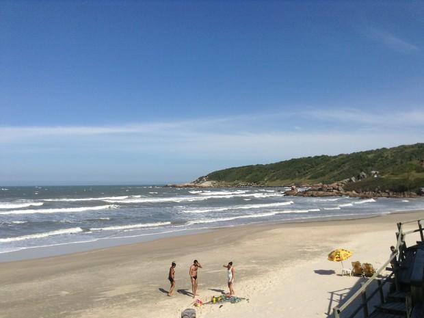 Trilha na parte Sul da praia leva para Ilha do Batuta e Praia Vermelha  (Foto: Luíza Fregapani/G1 SC)