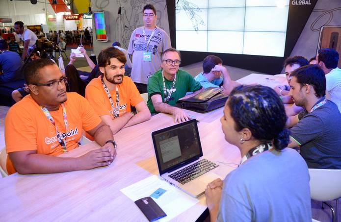Desenvolvedores receberem orientações no Hub Global, na Campus Party (Foto: Divulgação/Globo)