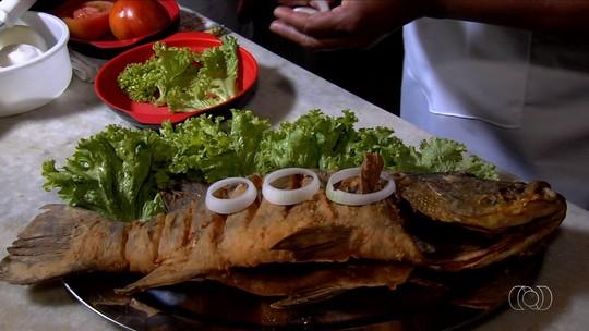 Cozinheiro ensina a fazer tucunaré frito às margens do Rio Araguaia, em Aruanã