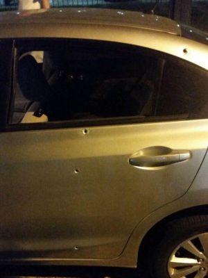 Carro dos suspeitos teve marcas de tiros em Porto Alegre (Foto: Divulgação/BM)