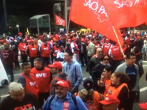 Manifestantes fecharam Avenida Paulista no sentido Paraíso, na altura da Fiesp, na manhã desta terça-feira (16) (Foto: Reprodução/TV Globo)
