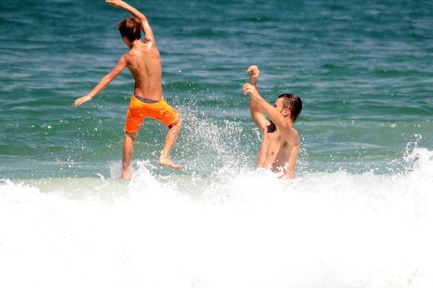 Rodrigo Hilbert se diverte com seus filhos na praia de Ipanema no Rio de Janeiro (Foto: AgNews )