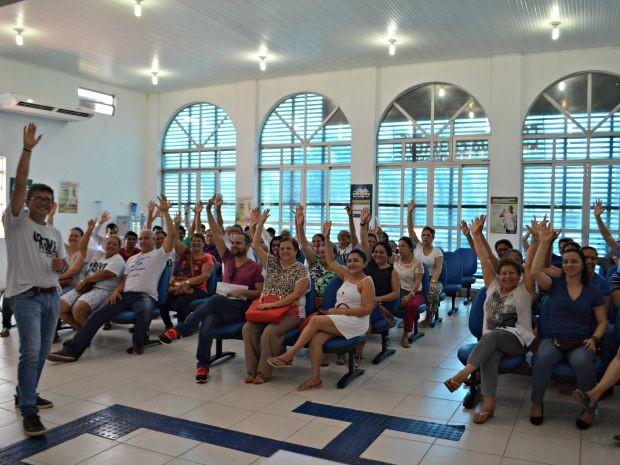 Funcionários se reuniram na manhã desta quinta-feira (24) para decidir pela suspensão da greve (Foto: Aline Nascimento/G1)