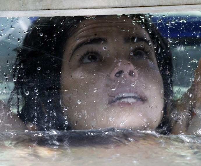 Tóia tenta sair de barco naufragado (Foto: TV Globo)