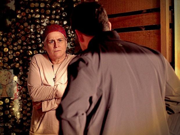 Lucinda confitrma que Carminha é a mãe de Jorginho (Foto: Avenida Brasil / TV Globo)