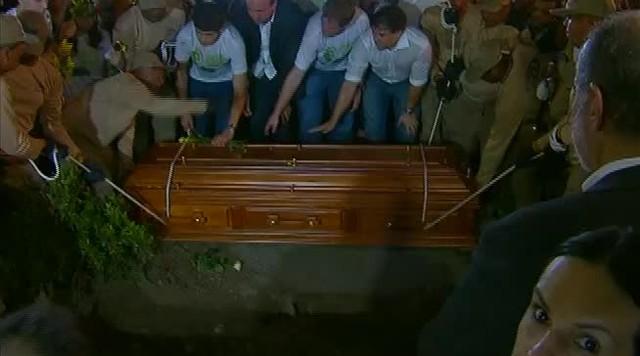 Corpo de Eduardo Campos é sepultado sob grande comoção no Recife