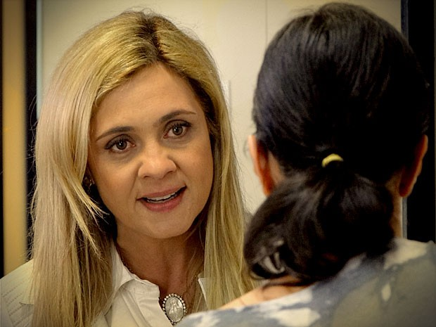 Carminha manda Janína calar a boca (Foto: Avenida Brasil / TV Globo)