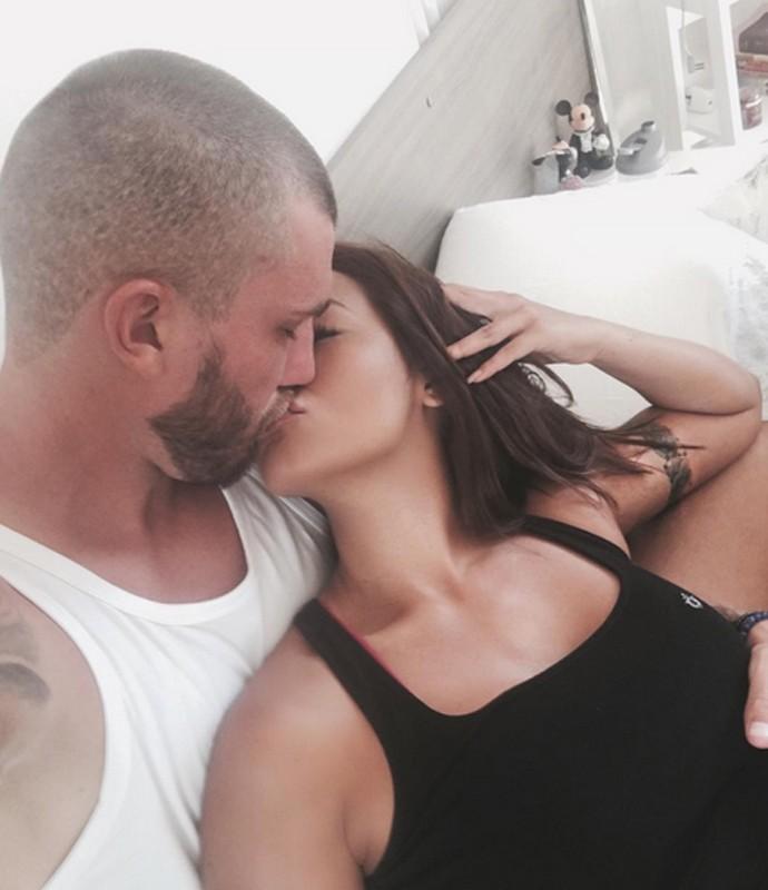 Carol Nakamura posta foto beijando o namorado Aislan Lottici (Foto: Arquivo Pessoal)