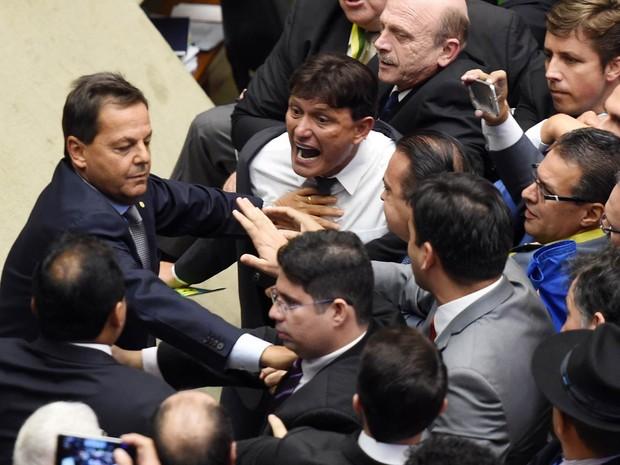 Confusão entre deputados no plenário da Câmara após a reabertura da sessão especial para votar o processo de impedimento da presidente Dilma Rousseff (Foto: Evaristo Sá/AFP)