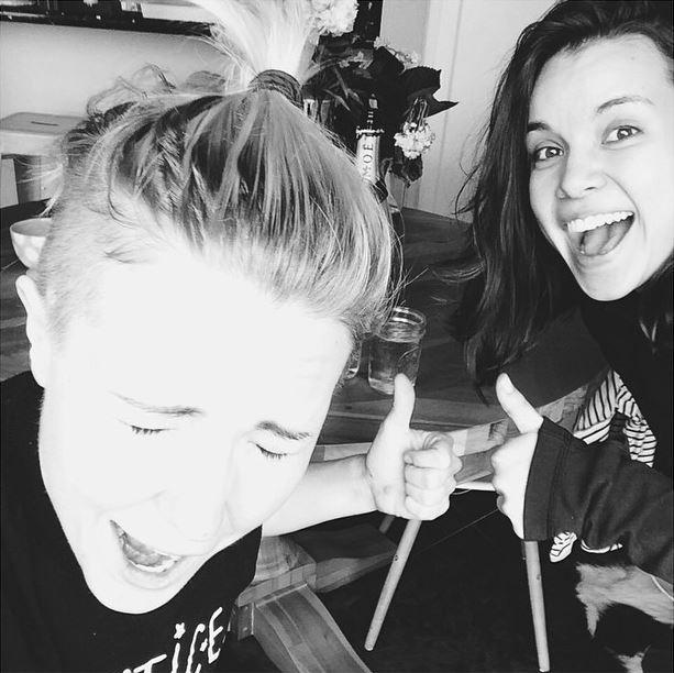 Ingrid Nilsen comemora com Hannah Hart (Foto: Reprodução / Instagram)