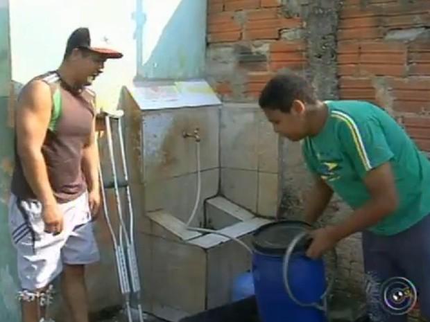 Moradores reclamam de torneiras secas e continuação de racionamento (Foto: Reprodução/TV TEM)