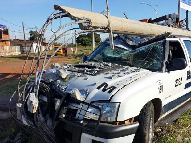 Carro da Polícia Militar que perdeu o controle e atingiu poste em perseguição a adolescentes no DF (Foto: Polícia Militar/Divulgação)