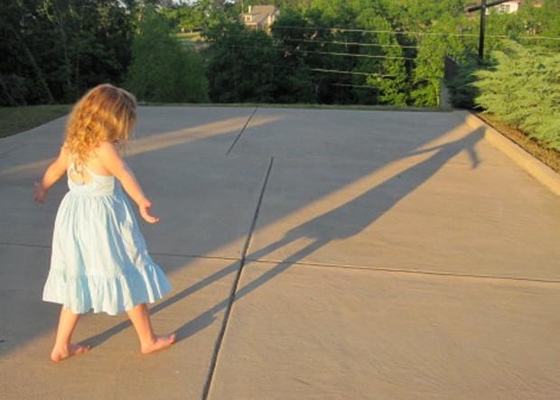 filha de Rachel se diverte com sombra (Foto: reprodução / Hands Free Mama)