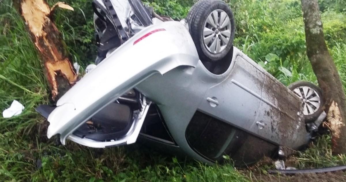 Motorista escapa ileso após carro cair em barranco e ficar destruído ... - Globo.com