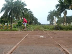 Apenas moradores atravessam a ferrovia abandonada, em Macapá (Foto: Abinoan Santiago/G1)
