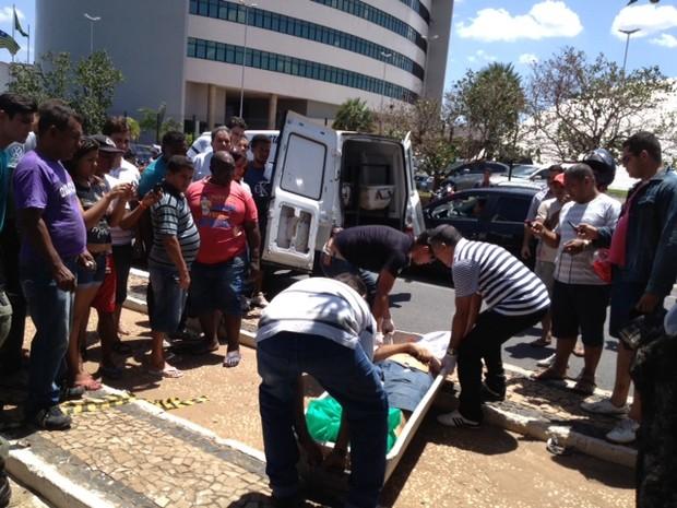 Instituto Médico Legal fez a remoção da vítima que teve morte imediata (Foto: Gil Oliveira/G1)