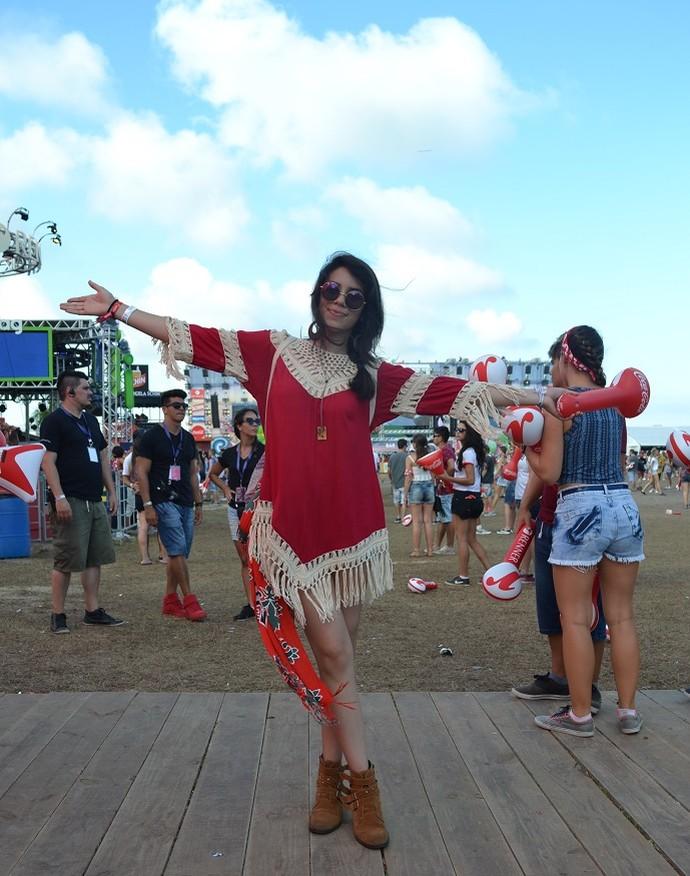 Lia Lin Lima, de 20 anos, curte Planeta com 'vestido roots de praia' (Foto: Igor Grossmann/RBS TV)