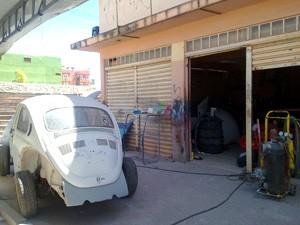 Oficina mecânica funciona no local onde está registrada a empresa Alberto & Pantoja (Foto: Brenda Brandão/G1)