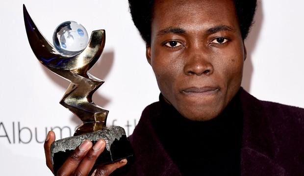 Benjamin Clementine exibe seu Mercury Prize (Foto: Ian West / PA via AP)