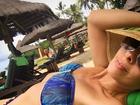 Adriane Galisteu exibe boa forma de biquíni aos 42 anos