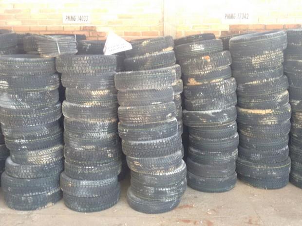 Pompéu, caminhão, pneu (Foto: Polícia Militar/Divulgação)