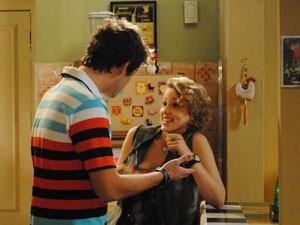 Guido dá presente para Babi, que não gosta (Foto: Malhação / Tv Globo)