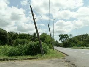 Má conservação de postes cria clima de insegurança em Três Rios, RJ (Foto: Reprodução/TV Rio Sul)