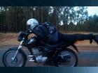 Vídeo mostra motociclista pilotar deitado na BR-040, em Luziânia; veja
