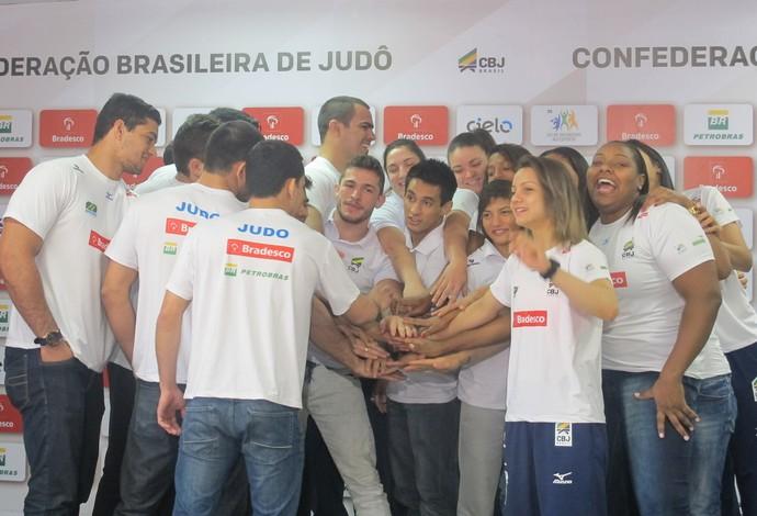 Judocas unem as mãos em gesto pelo Brasil antes de embarcarem para a França (Foto: Gabriel Fricke)