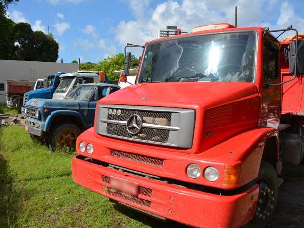 Caminhões foram apreendidos por serem usados na exploração irregular de areia (Foto: Walter Paparazzo/G1)