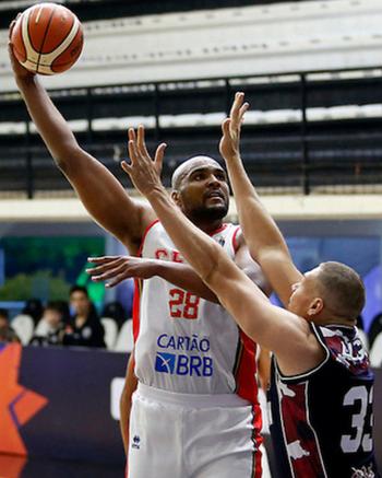 Lucas Mariano contribuiu com 11 pontos para o triunfo sobre os Gigantes (Foto: Gaspar Nóbrega / Fiba)
