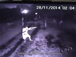 Na imagem, sargento atira contra os suspeitos (Foto: Reprodução/TVI News)