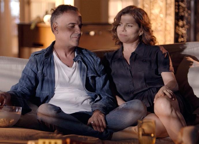 Os dois assistem a vídeos antigos com Joaquim  (Foto: TV Globo)
