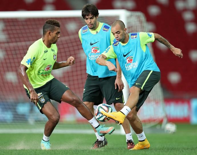 Diego Tardelli e Kaká treinam no estádio do jogo contra o Japão (Foto: Heuler Andrey / Mowa Press)