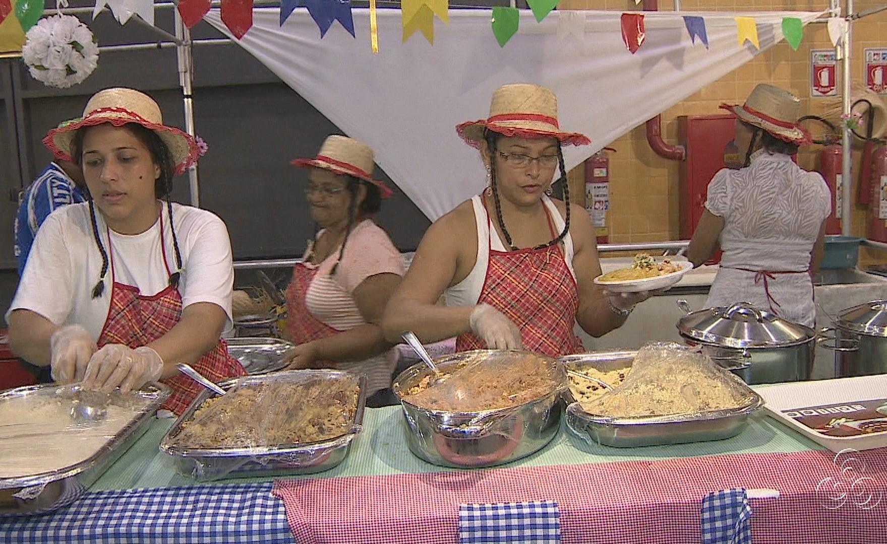 Barracas com comidas típicas atraem os visitantes (Foto: Amazônia TV)