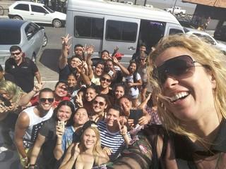 Joelma faz selfie com fãs no Macapá (Foto: Divulgação)