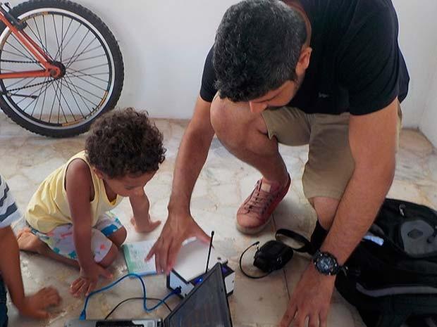 Projeto permite que as crianças manuseiem equipamentos de informática e outros aparelhos eletrônicos, sob supervisão de adultos (Foto: Arquivo Pessoal)