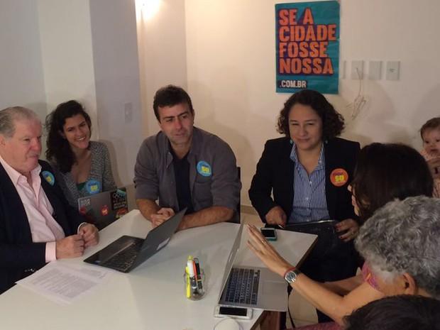 Marcelo Freixo (PSOL) se reuniu na manhã desta segunda-feira (3) com seu comitê eleitoral, na Glória; candidato vai disputar o segundo turno das eleições no Rio. (Foto: Fernanda Rouvenat/G1)