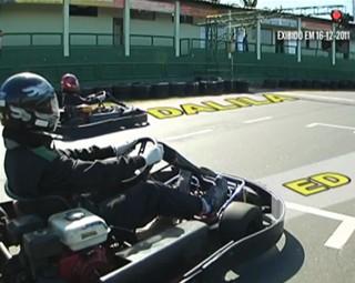 Os apresentadores Ed Júnior e Dalila Lemos aceitaram o desafio de se enfrentar no kart (Foto: Reprodução Plugue)