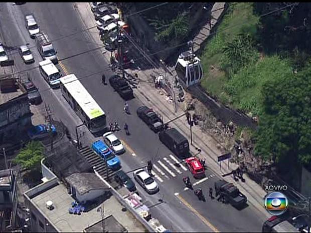 Bope chega ao Conjunto de Favelas do Alemão, no Rio (Foto: Reprodução / TV Globo)