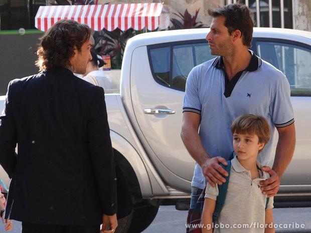 Samuca fica assustado com agresividade de Alberto (Foto: Flor do Caribe / TV Globo)