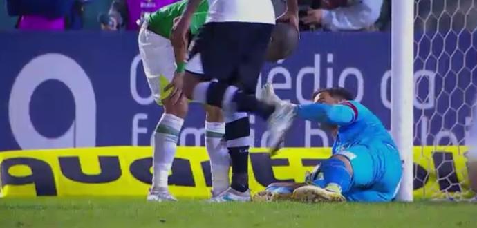 Martín Silva defende duas vezes contra a Chape (Foto: Reprodução SporTV)