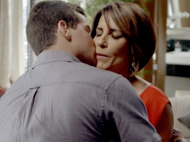 Beatriz não resiste ao charme de Diogo (Foto: TV Globo)